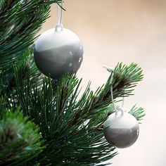 The Nobili decoration baubles can be used on sprays all of December and gently be transferred to the Christmas tree when Christmas Eve is upon us.