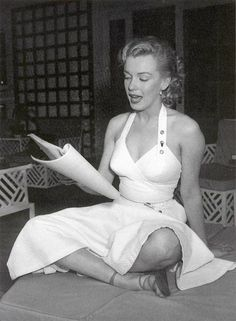 Actress Marilyn Monroe photo session at Hollywood agent Johnny Hyde's backyard on May 1950 in Beverly Hills, California. Get premium, high resolution news photos at Getty Images Marylin Monroe, Marilyn Monroe Fotos, Joe Dimaggio, Most Beautiful Women, Beautiful People, Amazing People, Cinema Tv, Pin Up, Norma Jeane