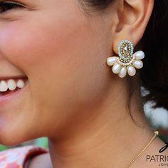 PG Aretes de perlas con cristales #patriciagarciaaccesorios #chapadeoro #handmadejewelry #diseñomexicano #artesanos #arte #joyeriaartesanal #losmochis #mexico #perlas