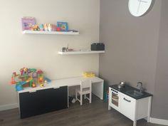 Mathijs zijn speelhoek. Ikea stuva tafeltjes, planken en gepimpt duktig keukentje #ikea #kinderhoek