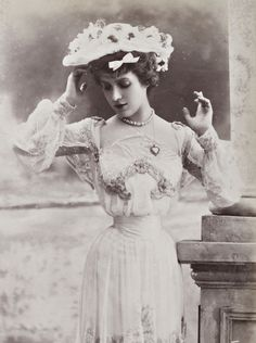 L'ancienne cour {Look at the teeny tiny waist} 1900s Fashion, Edwardian Fashion, Vintage Fashion, Edwardian Clothing, Steampunk Fashion, Gothic Fashion, Vintage Clothing, Victorian Women, Edwardian Era
