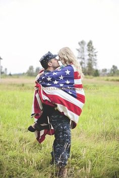 someone find me an American flag. Thanks to Elizabeth, I have fallen in love. someone find me an American flag. Thanks to Elizabeth, I have fallen in love with this! Source by bneppard. Military Couples, Military Love, Army Love, Military Couple Photography, Engagement Photography, Military Engagement Pictures, Photography Ideas, Army Wedding, Navy Military Weddings
