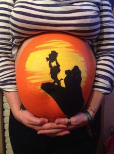 Pour patienter jusqu'à la naissance, ce père dessine sur le ventre de la maman