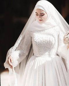 929 curtidas, 6 comentários - 𝐀𝐥𝐥𝐢𝐬 𝐃𝐫𝐞𝐬𝐬 ( Tesettür Abiye Modelleri 2020 - Tesettür Modelleri ve Modası 2019 ve 2020 Muslimah Wedding Dress, Muslim Wedding Dresses, Muslim Brides, White Wedding Dresses, Bridal Dresses, Bridesmaid Dresses, Dress Wedding, Dress Muslimah, Bouquet Wedding