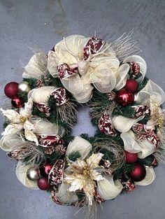 Wreaths of the Season christmas wreath. 15 beautiful wreaths of the coold seasonschristmas wreath. 15 beautiful wreaths of the coold seasons Wreath Crafts, Christmas Crafts, Christmas Ornaments, Wreath Ideas, Christmas Swags, Burlap Christmas, Primitive Christmas, Country Christmas, Diy Wreath