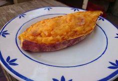 Sajtos-tejfölös töltött édesburgonya Baked Potato, Sweet Potato, Great Recipes, Healthy Recipes, Gm Diet, Hungarian Recipes, Hungarian Food, Diet Reviews, Cheddar