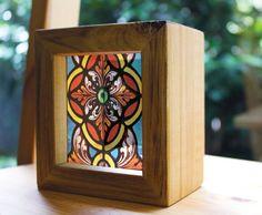 Caja de luz de madera hecha a mano de vitrales. Ver a través de impresiones que brillan en luz natural - como vidrieras!