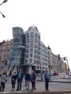 Dancing Building, em techo Tančící dům...conjunto de escritórios em Praga, a arquitetura do Vlado Milunić destoa do restante da cidade.