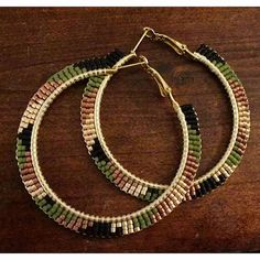 All matte black, olive, copper, and champagne beads wrapped around gold hoops in a camo pattern. Beaded Earrings Patterns, Seed Bead Earrings, Diy Earrings, Hoop Earrings, Wire Jewelry, Beaded Jewelry, Jewelery, Bijoux Diy, Camo