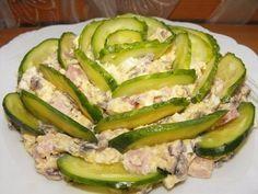 Ингредиенты:-Ветчина — 200 г-Яйцо — 3 шт-Шампиньоны — 150 г-Сыр (пармезан) — 100 г-Лук репчатый — 1 шт-Майонез-Соль-Огурец (для украшения) — 2 штПриготовление:Ветчину нарезать кубиком.Отварить яйца, …