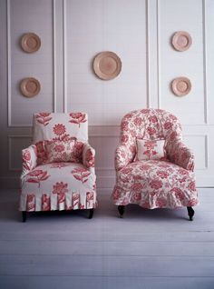 RED AND WHITE What about a slipcover out of poles red and white brocade fabric for his office chair Furniture Slipcovers, Slipcovers For Chairs, Shabby, Floral Chair, Red Cottage, Take A Seat, Chair Covers, Soft Furnishings, Decoration