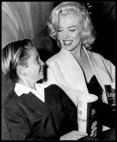 """11 Octobre 1953 / Marilyn accompagne son jeune partenaire du film """"River of no return"""" à la Première de """"5000 fingers of Dr T"""", film dont le jeune Tommy est le héros."""