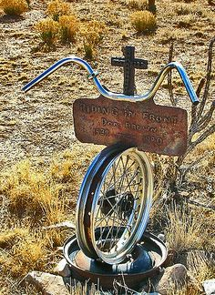 Cemetery grave marker in NM, makes me wonder if the guy died while riding. I love this kind of thing! Cemetery Monuments, Cemetery Statues, Cemetery Headstones, Old Cemeteries, Cemetery Art, Graveyards, Pimp Your Bike, Unusual Headstones, La Danse Macabre