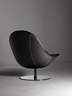 Elegant stand: Dual color. High quality look. Great connection with the black leather w. white stitches.