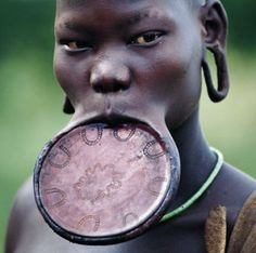 Femme à plateau. Culture africaine  Les femmes à plateaux sont considérées comme étant de très belles femmes et celle qui a les plus longs plateaux est considérée comme étant la plus belle de toutes.