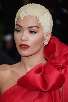 Rita Ora at the 2017 Met Gala. Creative Hairstyles, Elegant Hairstyles, Popular Hairstyles, Straight Hairstyles, Cool Hairstyles, Female Hairstyles, Beauty P, Hair Beauty, Red Carpet Makeup