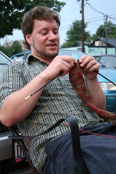 Men knit too. AND he's knitting continental style, which even I can't do! Knitting Quotes, Knitting Humor, Hand Knitting, Knit Art, Knit Basket, Lace Scarf, Yarn Crafts, Photos, Pictures