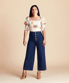 Dressing for your specific body shape is the key to finding the most flattering fit. We're sharing everything you need to know about what looks best on a pear-shaped body. Petite Jeans, Petite Tops, Petite Women, Petite Size, Pear Shaped Outfits, Pear Shaped Women, Fitness Tips For Men, Short Women Fashion, Petite Dresses