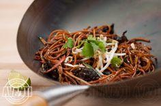 Fried noodles with sesame and vegetables Wok, Japchae, Noodles, Fries, Dishes, Vegetables, Ethnic Recipes, Macaroni, Tablewares