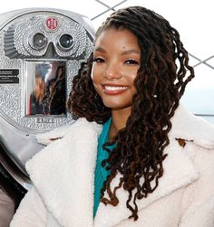 """Halle Bailey of the cast of """"Grown-ish"""" visits The Empire State Building at The Empire State Building on January 2019 in New York City. Obtenha fotografias de notícias premium e de alta resolução na Getty Images Black Is Beautiful, Most Beautiful Women, Beautiful People, Empire State Building, Chloe Halle, Grown Ish, Twa Hairstyles, African Braids, Brown Skin"""