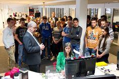Een groep jongeren luistert aandachtig naar een uitleg door hoofdredacteur Kranendonk