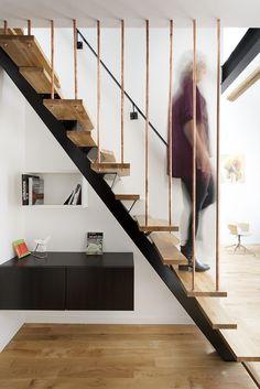 Escalier en bois de l'appartement réhabilité