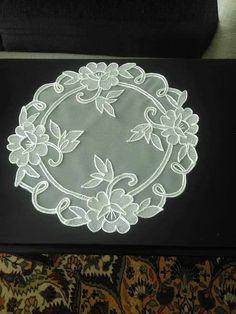 Şerife Etsiz Fabric Paint Designs, Fabric Art, Needlepoint Stitches, Needlework, Lace Embroidery, Embroidery Designs, Dime Bags, Romanian Lace, Organza