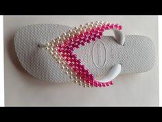 Como Fazer Trama de pérola em degrade. - YouTube Slide Flip Flops, Crochet Hats, Beanie, Ribbon Flip Flops, Zipper Jewelry, Pearl Flower, Crochet Tote, Decorated Flip Flops, Boutique Hair Bows