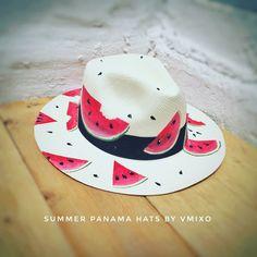 Painted hats Painted Hats, Painted Clothes, Hand Painted, Fancy Hats, Cool Hats, Customised Clothes, Bone Bordado, Drawing Bag, Hat Decoration