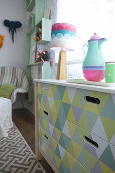 Decora Rosenbaum Temporada 3 - Quarto de bebê. Composição kit higiêne, arte em triangulos para adesivo. Foto: Felipe Felco Valle