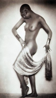 Madame D'Ora – Josephine Baker, 1928 - Follies and International Star Josephine Baker, Photo Vintage, Vintage Photos, Portraits, Portrait Photographers, Madonna, Poses, Divas, Tv Movie