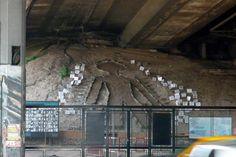 Une #sculpture #insolite sous un pont de la ville. Une décoration on va dire.