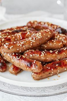 With rich plum jam and sesame seeds these chipolatas are gorgeously sticky and delicious. This easy party food idea gives you a canapé that's sure to keep your guests coming back for more. Christmas Buffet, Christmas Party Food, Christmas Appetizers, Christmas Cooking, Tesco Christmas, Christmas Recipes, Party Food Buffet, Easy Party Food, Hen Party Food