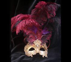 LACE PIUME ROSA SA58 - LACE AND PINK PLUMES Maschera realizzata a mano in cartapesta, decorata con la tecnica dello screpolato (Craquelè) foglia d'oro, pizzo macramè ed impreziosita da cristalli Swarovski e perle.