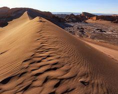 Já esteve em algum lugar que parecia ser outro planeta? Foi assim que nos sentimos no Valle de la Luna no Atacama. Fizemos o passeio com a @aylluatacama e super recomendamos. Se quiser ver o que mais a gente fez no Atacama passa lá no blog pra ver o roteiro. #NerdsNoAtacama