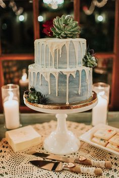 dripping wedding cakes - photo by Kristen Curette Photography http://ruffledblog.com/charming-texas-wedding-with-boho-bridesmaids