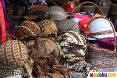 Selain tarian, ada pula stan penjual yang menyediakan aneka belangkon dan penutup kepala tradisional lainnya. Belangkon, traditional headdress, Java, Indonesia