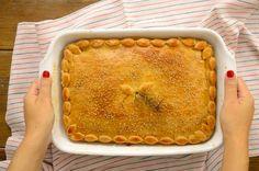 Πίτα με κοτόπουλο ελαφριά και ντελικάτη στη γεύση της που μπορούμε να  προσφέρουμε ως ορεκτικό στο τραπέζι μας.  Επιδέχεται πολλές παραλλαγές ανάλογα πόσο έντονη θέλουμε τη γεύση της.  Μπορούμε να την εμπλουτίσουμε με μπέικον ή πιπέρι καγιέν για πιο έντονη,  πικάντικη γεύση ή ακόμα και με μανιτάρια για έξτρα γεμάτη γεύση.           ΜΕΡΙΔΕΣ: 8 ΚΟΜΜΑΤΙΑ ΧΡΟΝΟΣ ΠΡΟΕΤΟΙΜΑΣΙΑΣ: 1 ΩΡΑ & 30 ΛΕΠΤΑΧΡΟΝΟΣ ΨΗΣΙΜΑΤΟΣ: 1 ΩΡΑ & 30 ΛΕΠΤΑ ΣΥΝΟΛΙΚΟΣ ΧΡΟΝΟΣ: 3 ΩΡΕΣ    ΥΛΙΚΑ  Για το ζωμό:     ...