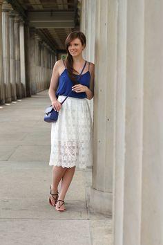 Fashionweek outfit | Fashionweek look | Midirock | Midiskirt | blau | blue | weiß | white | Sandalen | Sommeroutfit | Sommerlook | Summer outfit | Summer look | smile | skirt |  Rock | girl | girly | streetstyle | Streetfashion | Justmyself | Fashionblogger | Fashion