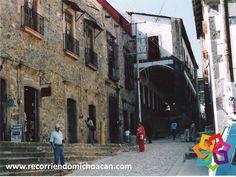 RECORRIENDO MICHOACÁN le platica de uno de los maravillosos pueblos mágicos de Michoacán, Tlalpujahua, mejor conocido como el pueblo navideño de México por ser reconocido por su trabajo artesanal en esferas navideñas. Entre sus atractivos, tenemos el Santuario del Carmen del Siglo XVII, hermoso por su construcción colonial y sus calles empedradas, típicas de los pueblos mágicos. Lo encuentra a 2 horas de Pátzcuaro. http://www.bwposadadonvasco.com.mx/
