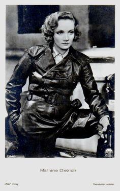 Marlene Dietrich, fue una actriz y cantante alemana que adoptó la nacionalidad estadounidense.