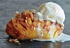 Mangler du inspiration til en lækker dessert? Så tjek denne korte video på supersprøde og lækre hasselback-æbler!