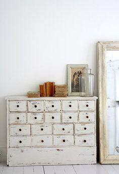 décoration intérieure : mobilier à tiroirs et miroir, crème, blanc