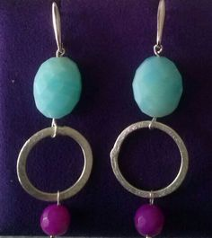 Pendientes de gemas de distintos colores.