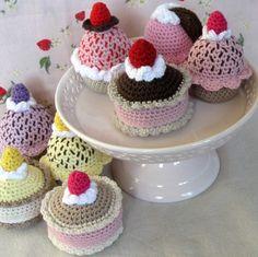 Skønne håndhæklet cupcakes og flødeskumskager - perfekt til leg i legekøkkenet eller som pynt på kagefadet i køkkenet!