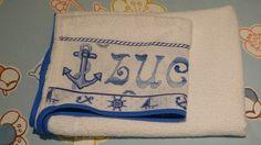 """Detalhe da toalha de banho """"baby""""."""