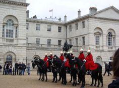 Cerimônia da troca da guarda no Palácio de Buckingham é uma das atrações imperdíveis em #Londres.
