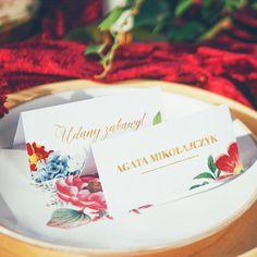 Winietki z nazwiskami Waszych najbliższych to nie tylko praktyczny dodatek, który wskaże im miejsca przy stole, ale też element dekoracyjny. Aranżacja z wykorzystaniem wszystkich elementów z jednej kolekcji zawsze prezentuje się elegancko! #winietkislubne #wizytowkaslubna #slub #wesele #kolekcjaslubna #kolekcjaflora Flora, Place Cards, Place Card Holders, Retro, Tableware, Dinnerware, Neo Traditional, Dishes, Rustic