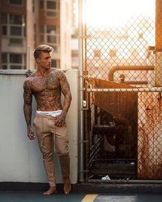 Golden hour in LA is the best🔥🌇 Johnny Edlind, Sexy Tattooed Men, Geniale Tattoos, Boy Tattoos, Inked Men, Muscular Men, Hipster Fashion, Haircuts For Men, Hot Boys