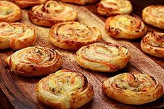 Puff pastry snails with salmon and cream cheese- Blätterteigschnecken mit Lachs und Frischkäse blaetterteigschnecken-lachs-fs. Vegetarian Pizza Recipe, Deep Dish Pizza Recipe, Snacks Pizza, Snacks Für Party, Soup Appetizers, Great Appetizers, Snails Recipe, Baking Courses, White Pizza Recipes